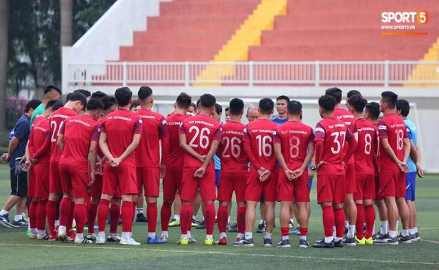 U22 Việt Nam đối diện với nhiều nguy cơ ảnh hưởng sức khỏe khi thi đấu trên mặt cỏ nhân tạo: Không chỉ là chấn thương cơ bắp, đó còn là những vấn đề ảnh hưởng đến tim mạch - Ảnh 1.
