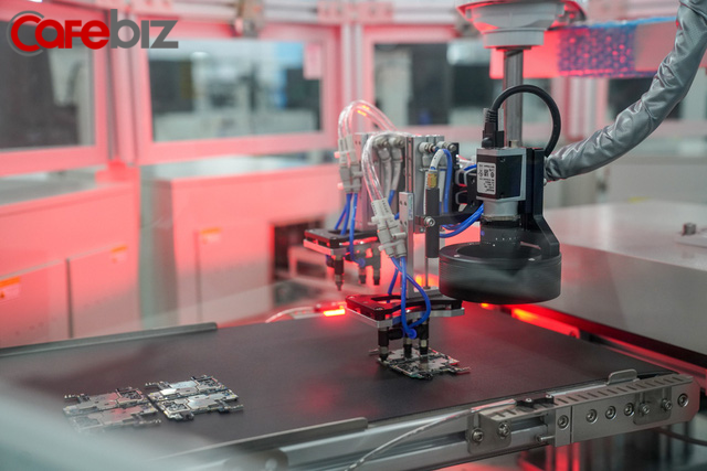 [Inside Factory] Cận cảnh dây chuyền sản xuất bên trong Tổ hợp nhà máy Vsmart, trung tâm sản xuất các thiết bị công nghệ hiện đại hàng đầu của Vingroup - Ảnh 13.
