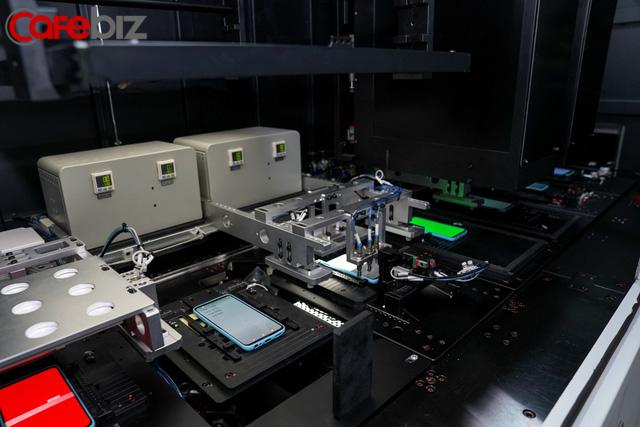 [Inside Factory] Cận cảnh dây chuyền sản xuất bên trong Tổ hợp nhà máy Vsmart, trung tâm sản xuất các thiết bị công nghệ hiện đại hàng đầu của Vingroup - Ảnh 10.