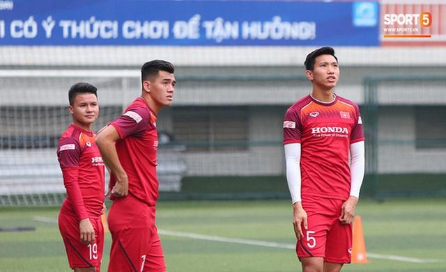 U22 Việt Nam đối diện với nhiều nguy cơ ảnh hưởng sức khỏe khi thi đấu trên mặt cỏ nhân tạo: Không chỉ là chấn thương cơ bắp, đó còn là những vấn đề ảnh hưởng đến tim mạch - Ảnh 12.