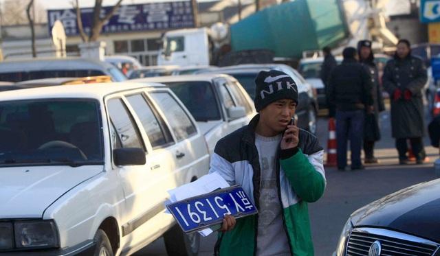Chuyện lạ: Kết hôn để lấy biển số xe ở Bắc Kinh - Ảnh 2.
