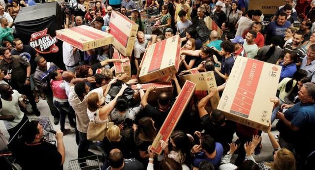 Ngán ngẩm cảnh chen lấn, xô đẩy mua hàng ngày Black Friday, người dân Anh tổ chức chiến dịch không mua gì vào thứ sáu - Ảnh 1.