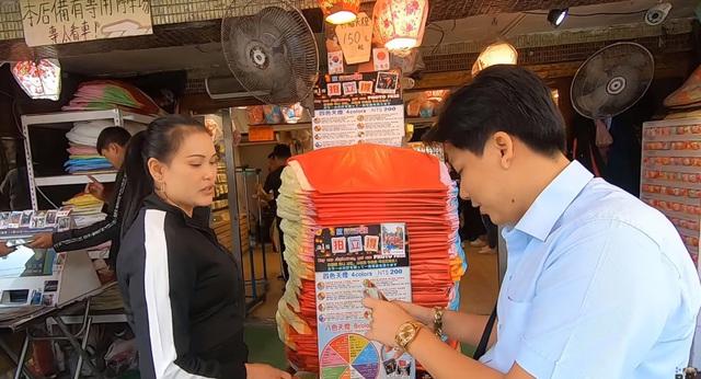 Cố tình chui vào một góc tối thui ở chợ Đài Loan để ăn, Khoa Pug vẫn xanh mặt vì đụng độ anti-fan: Ngồi đây run quá, sợ bị đánh! - Ảnh 2.