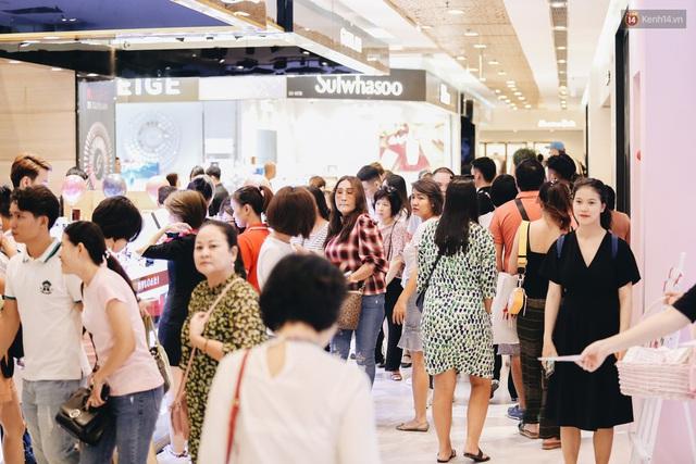 Ảnh: Tranh thủ giờ nghỉ trưa, người dân Hà Nội và Sài Gòn đổ xô tới các TTTM để săn hàng hiệu giảm giá dịp Black Friday - Ảnh 17.