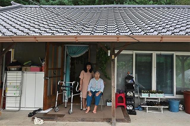 Con dâu chuẩn mực trong văn hóa gia trưởng của Hàn Quốc: Ba đầu sáu tay lo việc nhà cửa, coi chồng là vua và hiếu thảo với bố mẹ chồng - Ảnh 3.