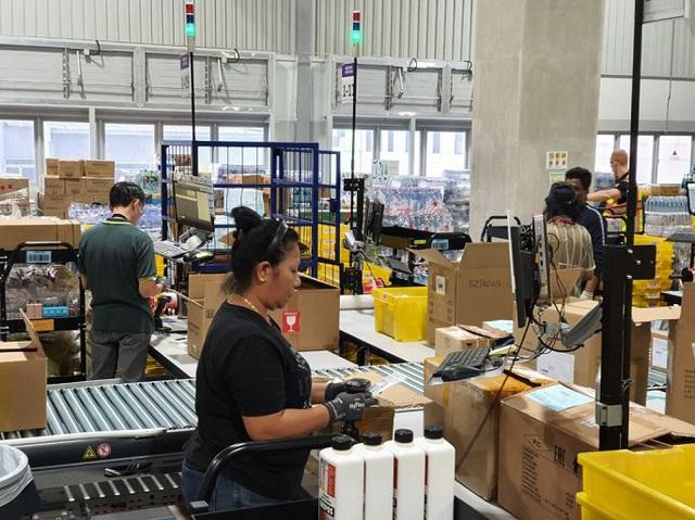 Đột nhập kho hàng khổng lồ của Amazon ngày Black Friday - Ảnh 4.