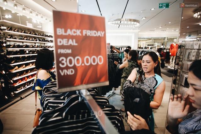 Ảnh: Tranh thủ giờ nghỉ trưa, người dân Hà Nội và Sài Gòn đổ xô tới các TTTM để săn hàng hiệu giảm giá dịp Black Friday - Ảnh 31.