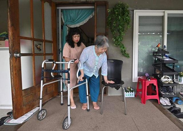 Con dâu chuẩn mực trong văn hóa gia trưởng của Hàn Quốc: Ba đầu sáu tay lo việc nhà cửa, coi chồng là vua và hiếu thảo với bố mẹ chồng - Ảnh 5.