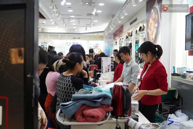 Ảnh: Tranh thủ giờ nghỉ trưa, người dân Hà Nội và Sài Gòn đổ xô tới các TTTM để săn hàng hiệu giảm giá dịp Black Friday - Ảnh 10.