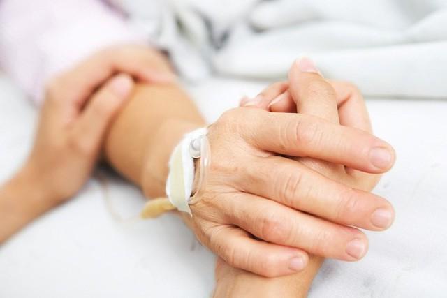 Khoa học chứng minh: Nắm tay có thể san sẻ được nỗi đau, đó là khi sóng não chúng ta được đồng bộ - Ảnh 1.