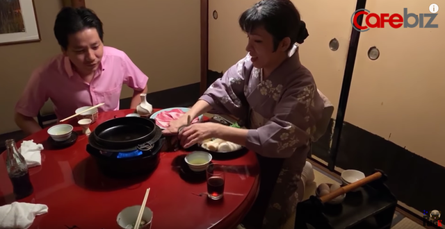 Sự cố mới của Khoa Pug, khiến phụ nữ Nhật quỳ khóc xin cho cameraman được ăn: Hot Youtuber hứng gạch chỉ trích - Ảnh 3.