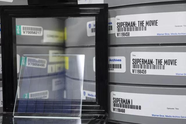 microsoft - photo 2 157302234012217535428 - Microsoft lưu trữ thành công bộ phim Superman vào một miếng kính, mở ra cánh cửa tương lai cho ngành bảo quản dữ liệu