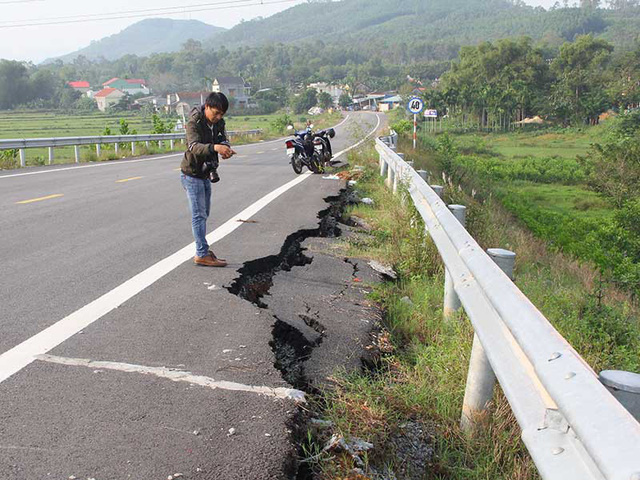 Đường dẫn cầu vượt cao tốc Đà Nẵng-Quảng Ngãi nứt toác - Ảnh 1.