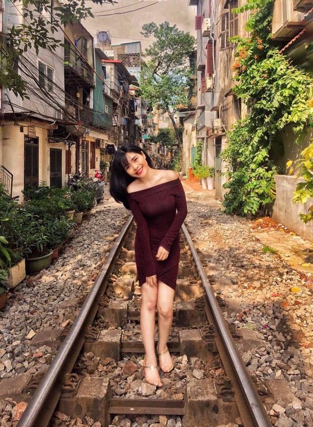 Cô gái Hà Nội nhận nuôi bé gái không ai dám đến gần - Ảnh 2.