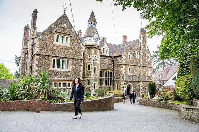 Hàng loạt nữ sinh Việt nhập học ở Anh đột ngột biến mất, một số người được phát hiện đang ở trong tiệm nail - Ảnh 3.
