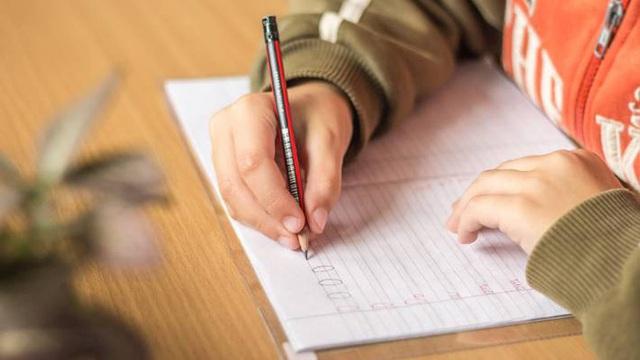Nhiều trường học ở Anh đã loại bỏ đồng hồ kim vì học sinh phụ thuộc công nghệ đến nỗi không biết xem giờ - Ảnh 2.