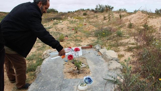 """Chuyện về người đàn ông dành cả đời để chôn cất người di cư tử nạn khi chưa kịp đến miền đất hứa: """"Tôi là gia đình của họ"""" - Ảnh 4."""