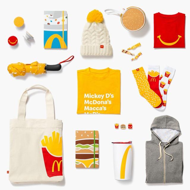 McDonald's bất ngờ chuyển hướng bán quần áo, phụ kiện thời trang, một vài sản phẩm ngay lập tức cháy hàng - Ảnh 1.