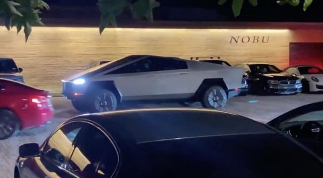 Toang rồi: Elon Musk lái Cybertruck đi ăn tối về xong đâm đổ luôn cọc tiêu giao thông - Ảnh 1.