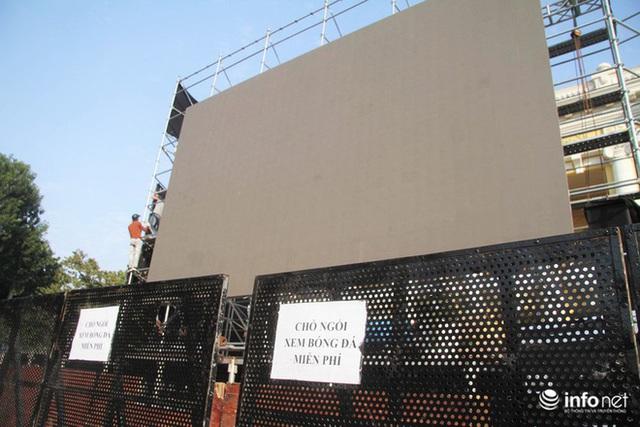 Cận cảnh 3 màn hình khủng trước Nhà hát Lớn Hà Nội phục vụ trận khán giả xem bóng - Ảnh 1.