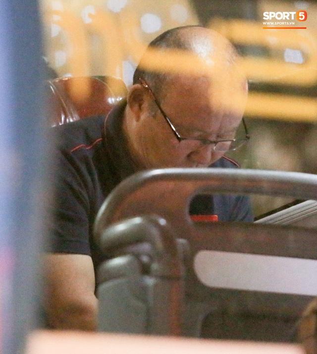 HLV Park Hang-seo trêu đùa chó nghiệp vụ, cầu nguyện trên xe buýt trước trận chung kết SEA Games 30 - Ảnh 3.