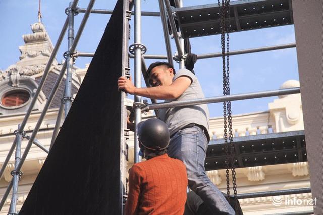 Cận cảnh 3 màn hình khủng trước Nhà hát Lớn Hà Nội phục vụ trận khán giả xem bóng - Ảnh 2.