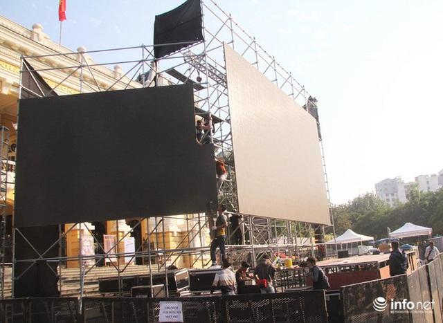 Cận cảnh 3 màn hình khủng trước Nhà hát Lớn Hà Nội phục vụ trận khán giả xem bóng - Ảnh 3.