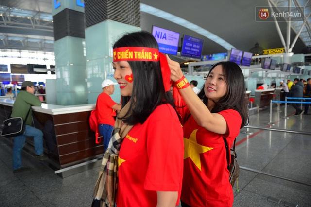 Hàng trăm CĐV nhuộm đỏ sân bay Nội Bài, lên đường sang Philippines tiếp lửa cho ĐT Việt Nam trong trận chung kết SEA Games 30 - Ảnh 6.