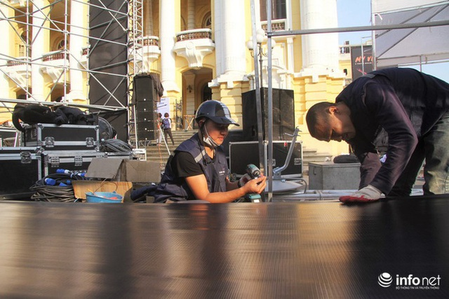 Cận cảnh 3 màn hình khủng trước Nhà hát Lớn Hà Nội phục vụ trận khán giả xem bóng - Ảnh 5.