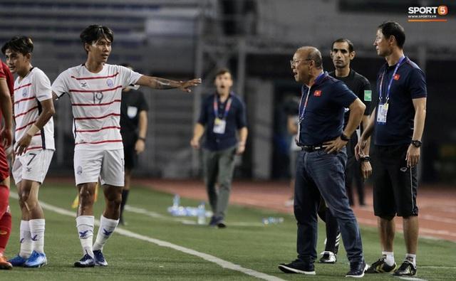 Góc lý giải: Luật nào khiến ông Park Hang-seo trở thành HLV đầu tiên của bóng đá Việt Nam phải nhận thẻ đỏ? - Ảnh 7.