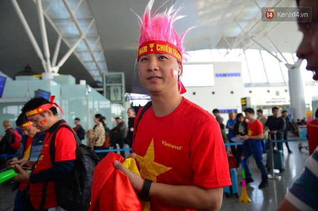 Hàng trăm CĐV nhuộm đỏ sân bay Nội Bài, lên đường sang Philippines tiếp lửa cho ĐT Việt Nam trong trận chung kết SEA Games 30 - Ảnh 8.
