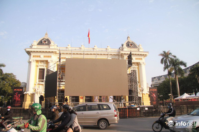 Cận cảnh 3 màn hình khủng trước Nhà hát Lớn Hà Nội phục vụ trận khán giả xem bóng - Ảnh 7.
