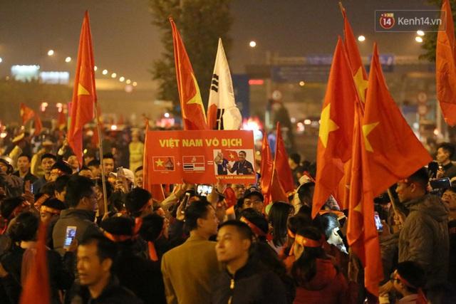 Xe buýt đưa đoàn thể thao Việt Nam rời sân bay Nội Bài, hàng trăm CĐV đứng 2 bên vẫy tay chào đón nồng nhiệt - Ảnh 28.