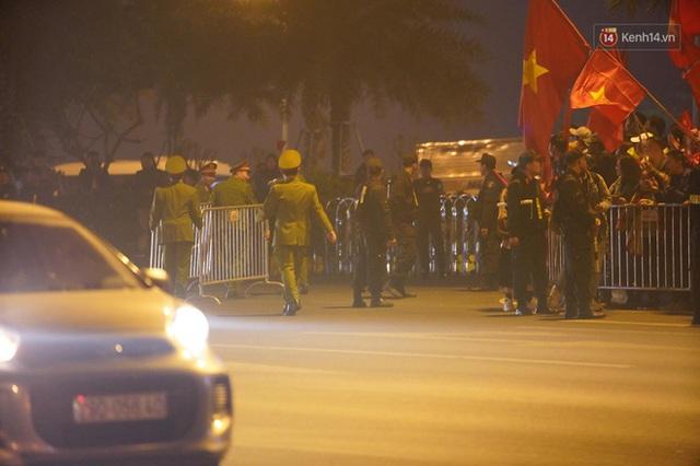 Xe buýt đưa đoàn thể thao Việt Nam rời sân bay Nội Bài, hàng trăm CĐV đứng 2 bên vẫy tay chào đón nồng nhiệt - Ảnh 25.