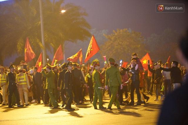 Xe buýt đưa đoàn thể thao Việt Nam rời sân bay Nội Bài, hàng trăm CĐV đứng 2 bên vẫy tay chào đón nồng nhiệt - Ảnh 3.