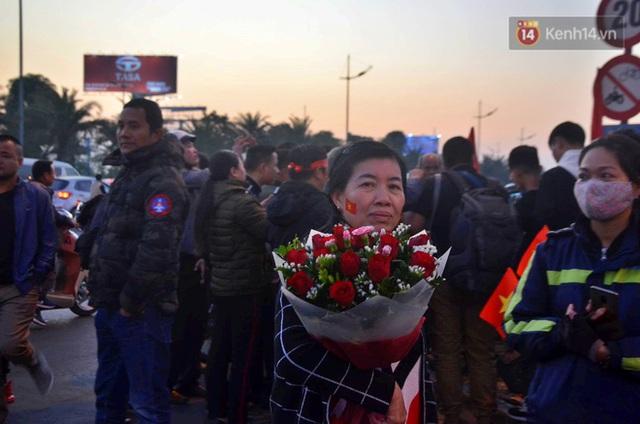 Xe buýt đưa đoàn thể thao Việt Nam rời sân bay Nội Bài, hàng trăm CĐV đứng 2 bên vẫy tay chào đón nồng nhiệt - Ảnh 35.