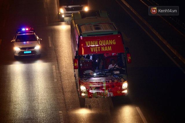 Xe buýt đưa đoàn thể thao Việt Nam rời sân bay Nội Bài, hàng trăm CĐV đứng 2 bên vẫy tay chào đón nồng nhiệt - Ảnh 11.