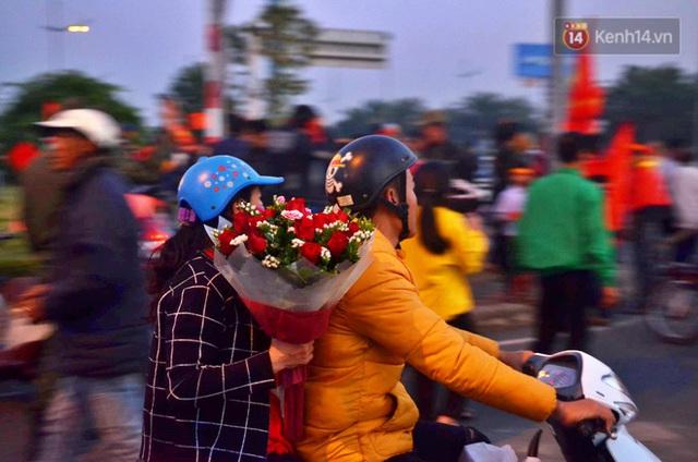 Xe buýt đưa đoàn thể thao Việt Nam rời sân bay Nội Bài, hàng trăm CĐV đứng 2 bên vẫy tay chào đón nồng nhiệt - Ảnh 36.