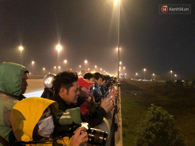 Xe buýt đưa đoàn thể thao Việt Nam rời sân bay Nội Bài, hàng trăm CĐV đứng 2 bên vẫy tay chào đón nồng nhiệt - Ảnh 13.
