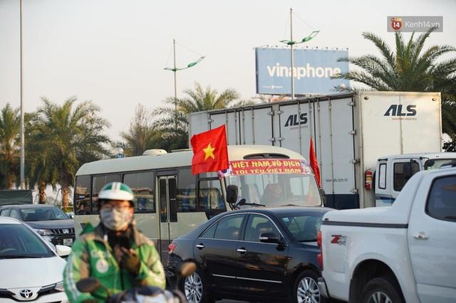 Xe buýt đưa đoàn thể thao Việt Nam rời sân bay Nội Bài, hàng trăm CĐV đứng 2 bên vẫy tay chào đón nồng nhiệt - Ảnh 48.