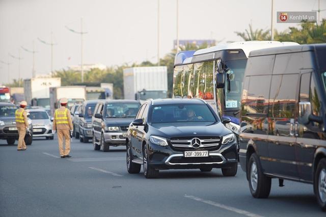 Xe buýt đưa đoàn thể thao Việt Nam rời sân bay Nội Bài, hàng trăm CĐV đứng 2 bên vẫy tay chào đón nồng nhiệt - Ảnh 49.