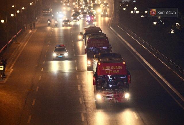 Xe buýt đưa đoàn thể thao Việt Nam rời sân bay Nội Bài, hàng trăm CĐV đứng 2 bên vẫy tay chào đón nồng nhiệt - Ảnh 15.