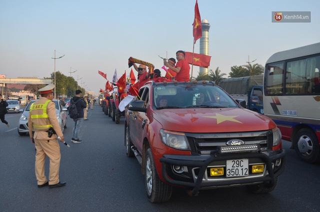 Xe buýt đưa đoàn thể thao Việt Nam rời sân bay Nội Bài, hàng trăm CĐV đứng 2 bên vẫy tay chào đón nồng nhiệt - Ảnh 50.