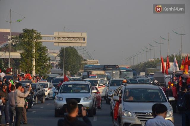 Xe buýt đưa đoàn thể thao Việt Nam rời sân bay Nội Bài, hàng trăm CĐV đứng 2 bên vẫy tay chào đón nồng nhiệt - Ảnh 51.