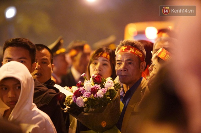 Xe buýt đưa đoàn thể thao Việt Nam rời sân bay Nội Bài, hàng trăm CĐV đứng 2 bên vẫy tay chào đón nồng nhiệt - Ảnh 17.