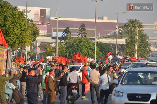 Xe buýt đưa đoàn thể thao Việt Nam rời sân bay Nội Bài, hàng trăm CĐV đứng 2 bên vẫy tay chào đón nồng nhiệt - Ảnh 52.