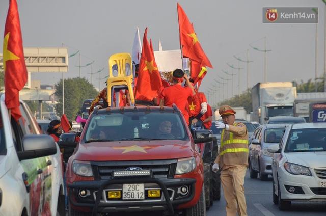 Xe buýt đưa đoàn thể thao Việt Nam rời sân bay Nội Bài, hàng trăm CĐV đứng 2 bên vẫy tay chào đón nồng nhiệt - Ảnh 53.