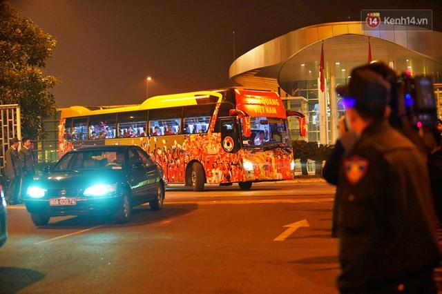 Xe buýt đưa đoàn thể thao Việt Nam rời sân bay Nội Bài, hàng trăm CĐV đứng 2 bên vẫy tay chào đón nồng nhiệt - Ảnh 19.