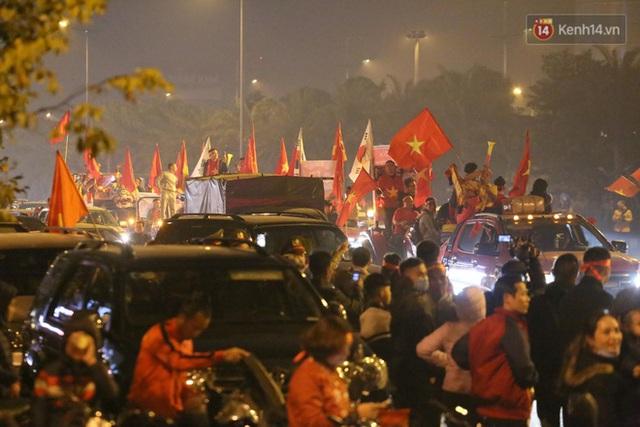 Xe buýt đưa đoàn thể thao Việt Nam rời sân bay Nội Bài, hàng trăm CĐV đứng 2 bên vẫy tay chào đón nồng nhiệt - Ảnh 29.
