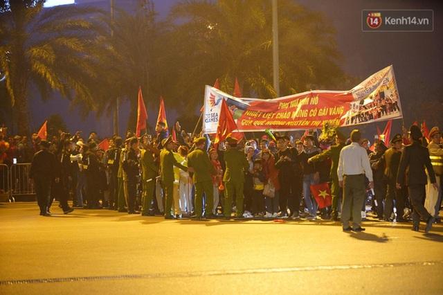 Xe buýt đưa đoàn thể thao Việt Nam rời sân bay Nội Bài, hàng trăm CĐV đứng 2 bên vẫy tay chào đón nồng nhiệt - Ảnh 4.